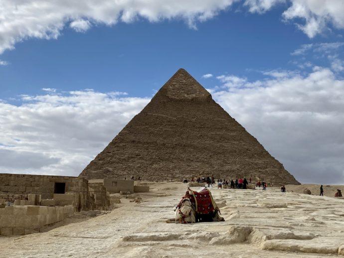 スフィンクスとカフラー王のピラミッドの参道