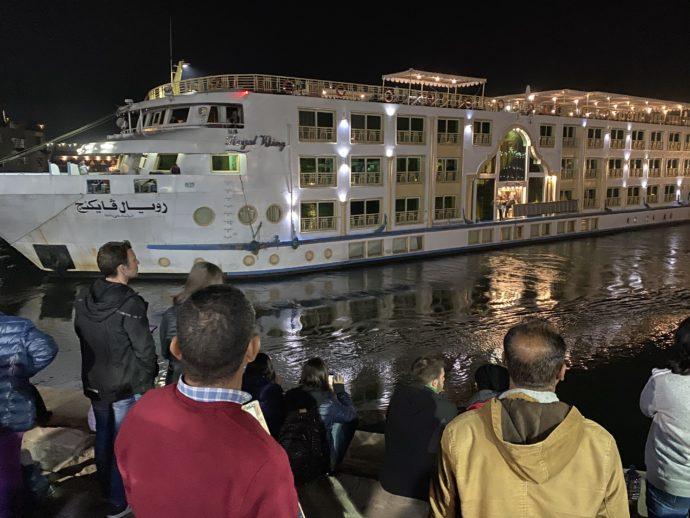 離岸したクルーズ船と驚く人々