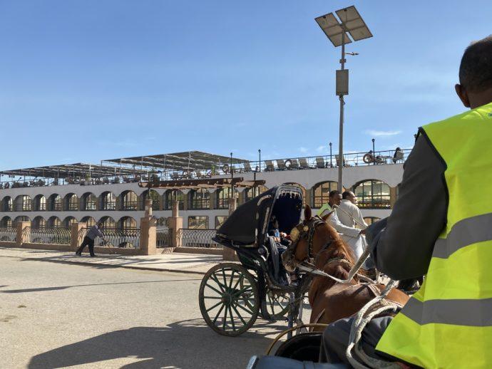 エドフ港に着いた馬車
