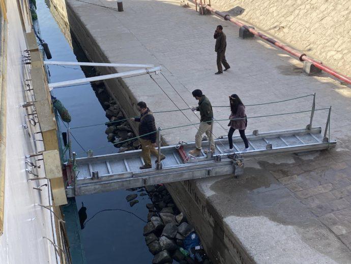 橋をわたる観光客