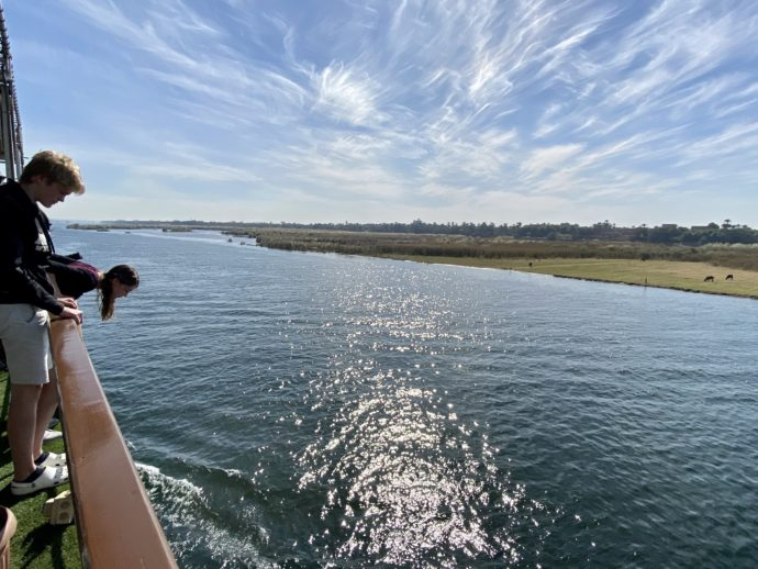 クルーズ船のデッキから眺めるナイル川