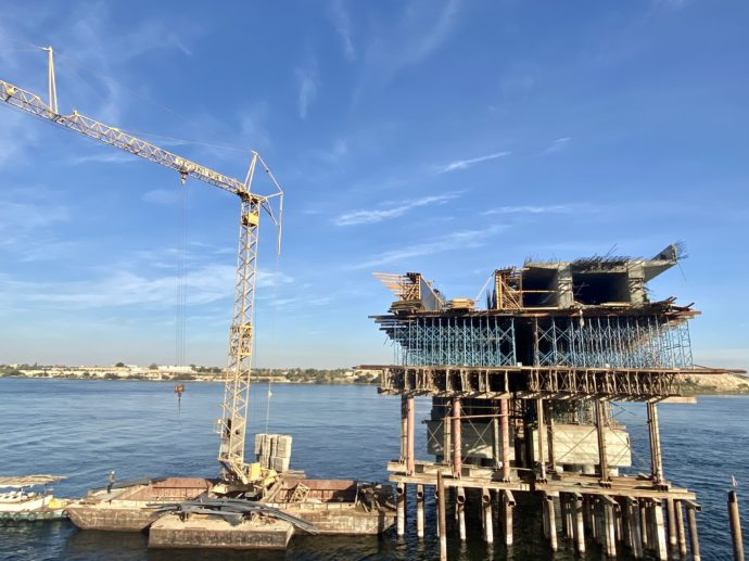 ナイル川への橋を建築中