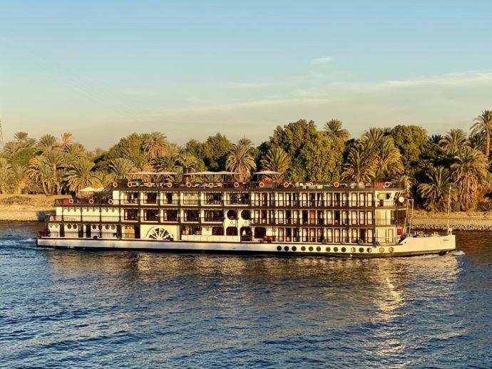 ナイル川を進むクルーズ船