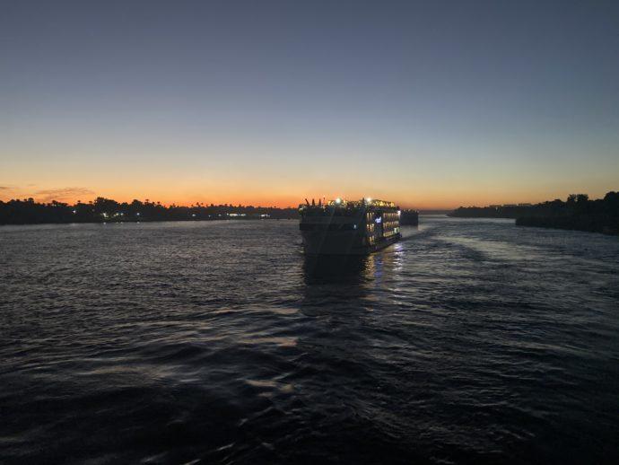 夕日を進むクルーズ船
