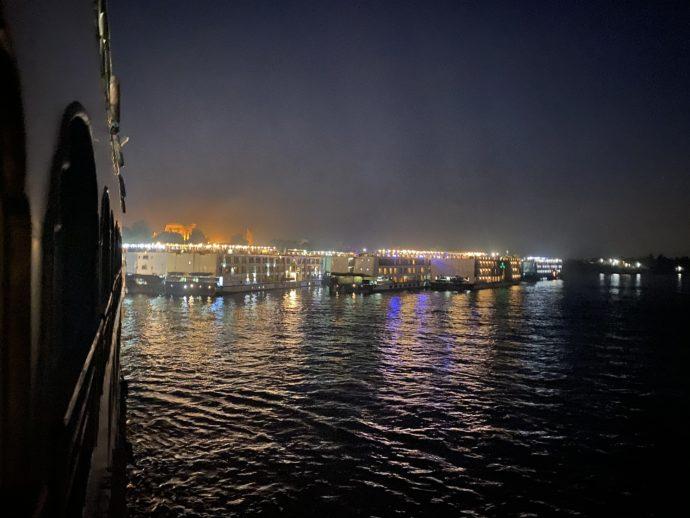 夜のコムオンボの港