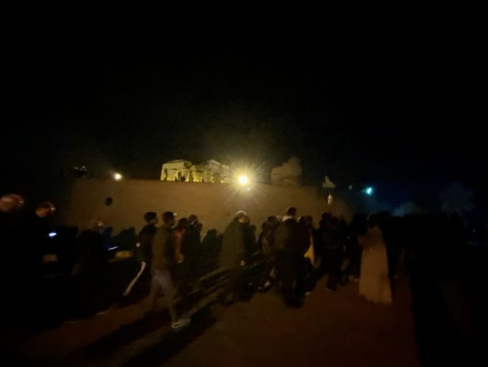 コムオンボ神殿へ向かう人々