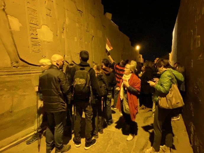 レリーフを眺める観光客