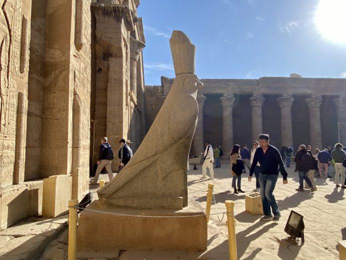 横を向いたホルス神像
