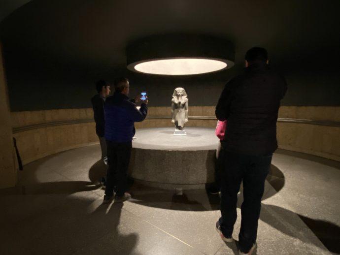 トトメス3世立像を囲む観光客