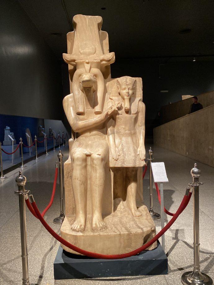 アメンホテプ3世とワニの神ソベクの像