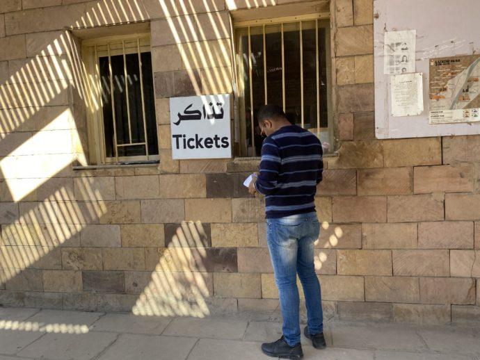 ルクソール神殿のチケットを買うガイド