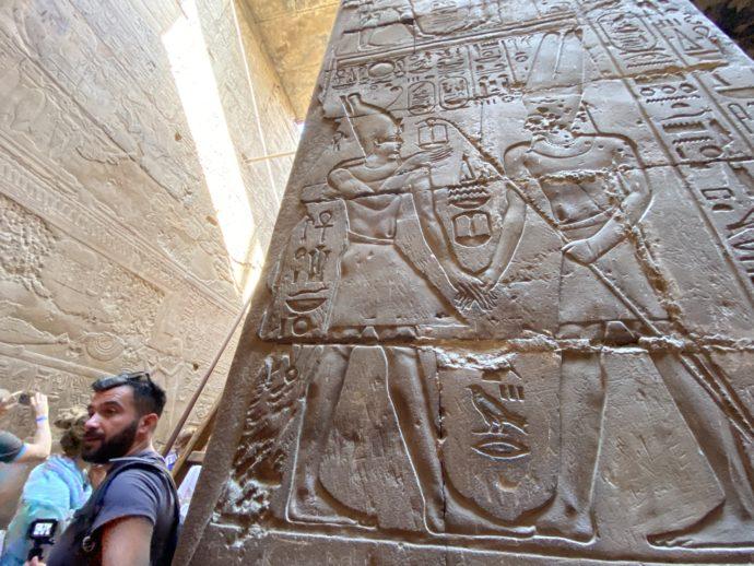 ルクソール神殿のレリーフを撮影する人