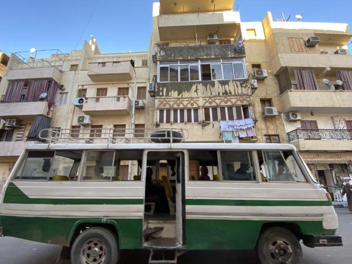 集合住宅と路線バス