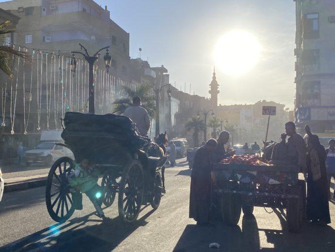買い物をする男性と馬車