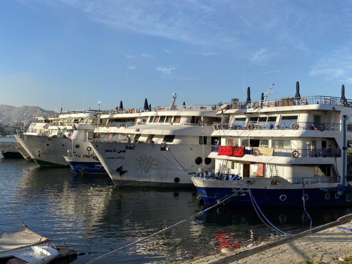 ルクソール停泊中のクルーズ船