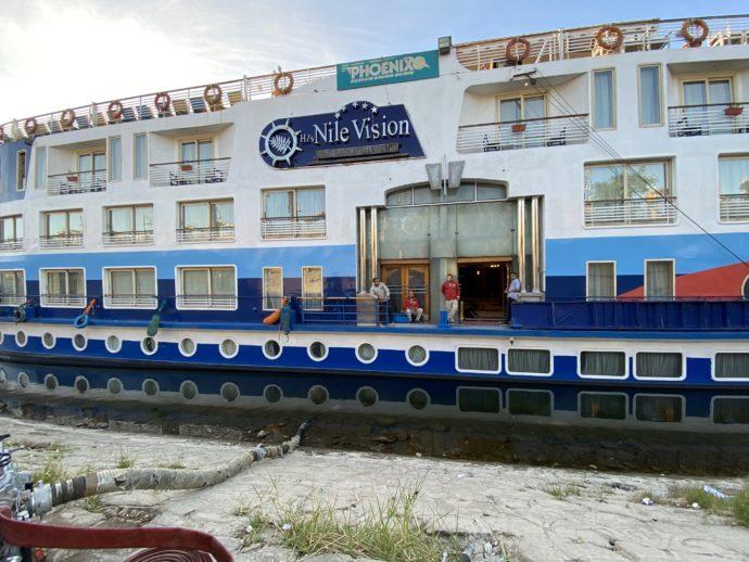 岸を離れたクルーズ船