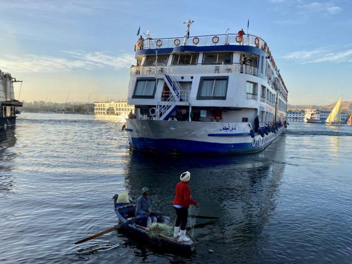 クルーズ船と行商の小舟
