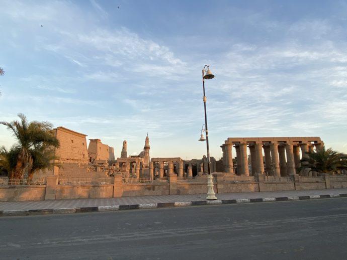 夕日に照らされたルクソール神殿