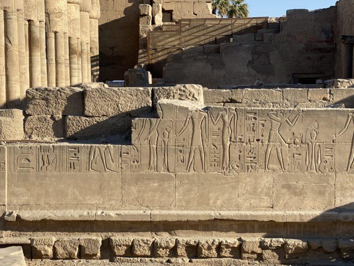ルクソール神殿の外壁のレリーフ