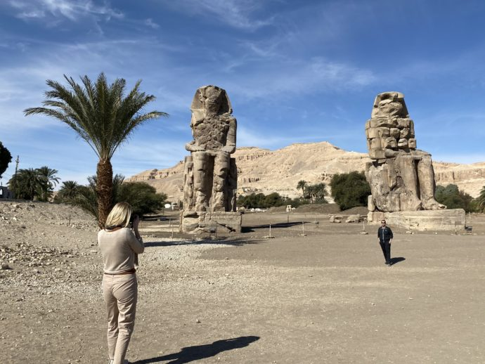 メムノンの巨像を撮影する人