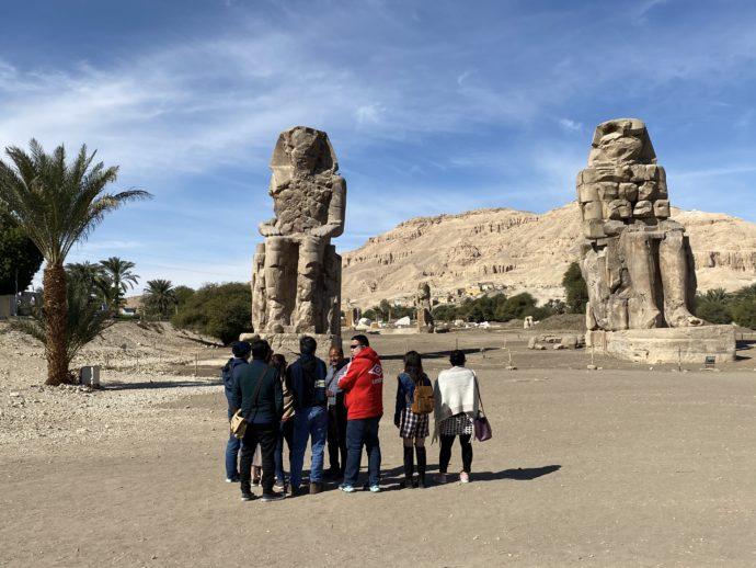 メムノンの巨像と観光客