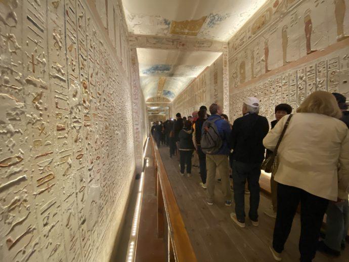 ラムセス4世の墓に並ぶ人