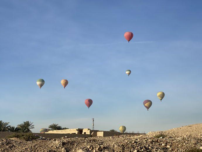 ルクソール西岸に浮かぶ熱気球