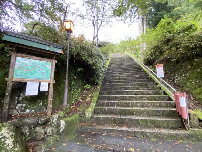 三佛寺入口の階段