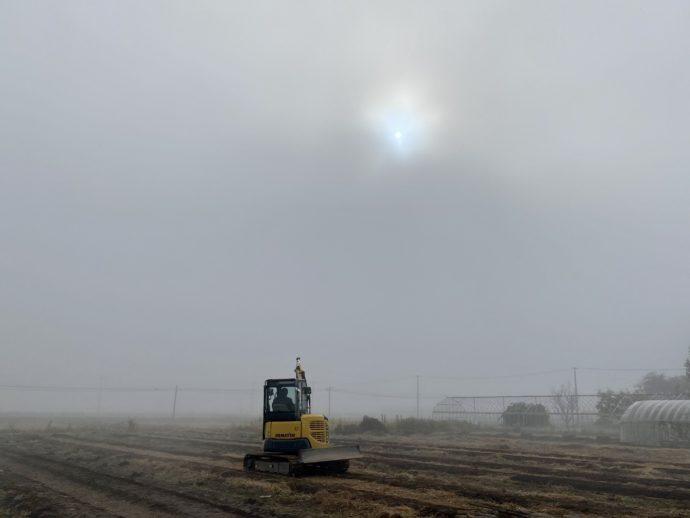 霧のなかのトラクター