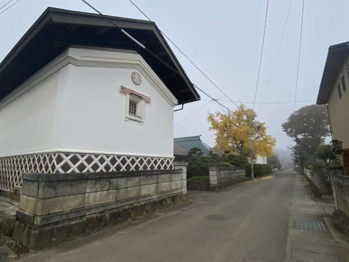 白壁の蔵の道
