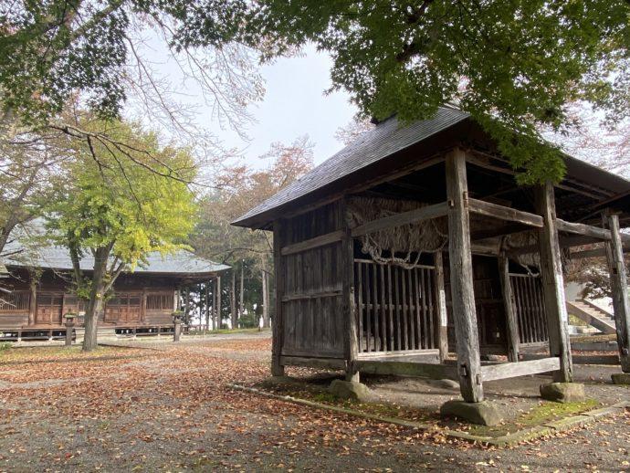 勝常寺の境内と仁王門