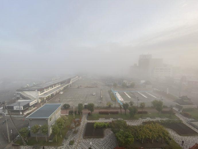 朝霧のかかる会津若松駅