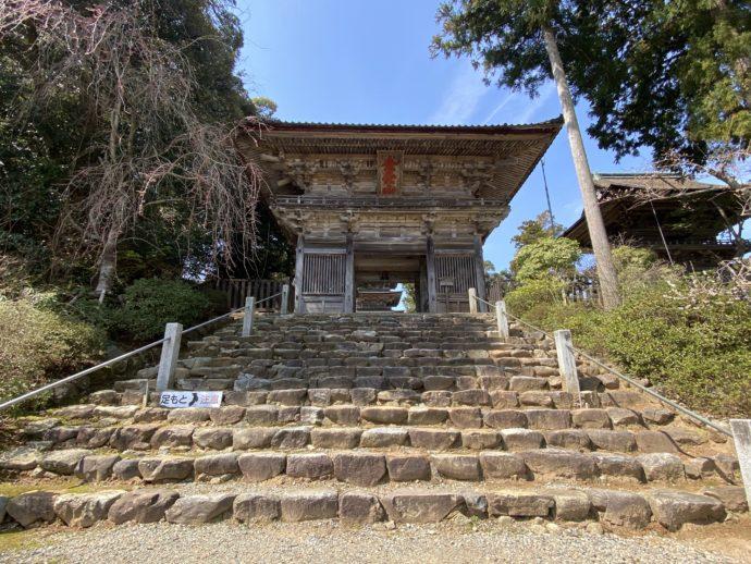 石段と二王門