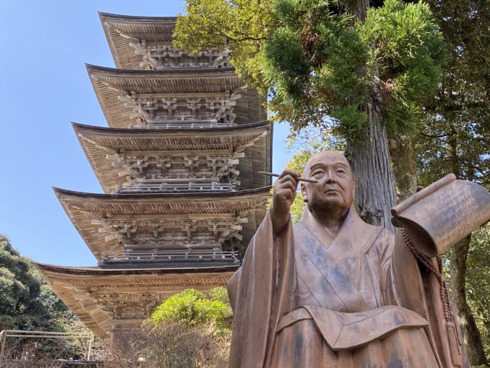日像上人の像と五重の塔