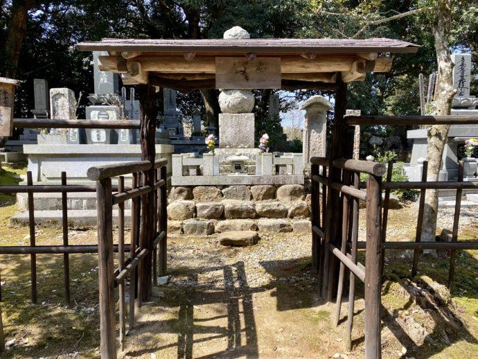 北前船の豪商西村屋忠兵衛の墓