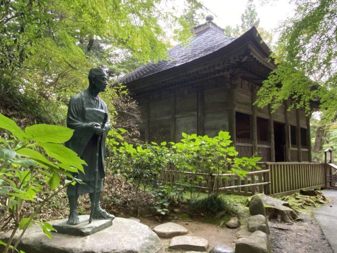 松尾芭蕉翁像と旧覆堂