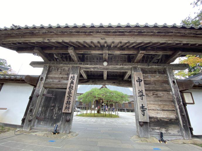 中尊寺の本堂の門
