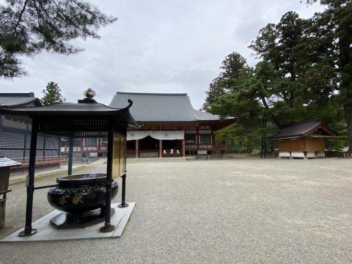 毛越寺の境内と香炉