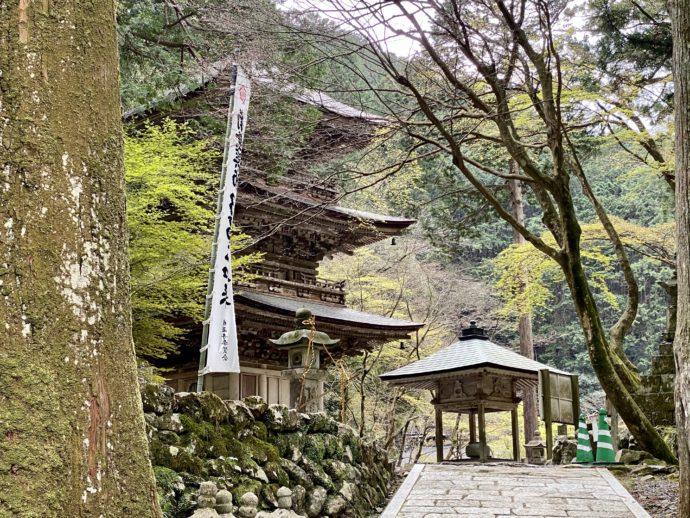 横蔵寺の三重塔と道