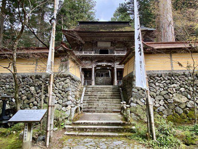 横蔵寺の仁王門への階段