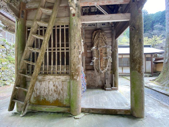 横蔵寺の仁王門に掲げられた巨大ぞうり