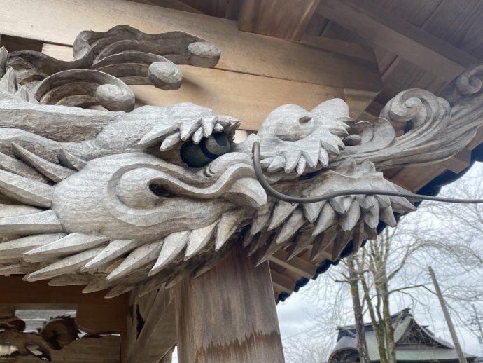 井戸の上の龍の井波彫刻