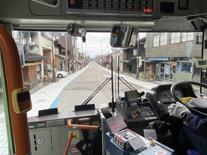 バス窓から見た八日町通り