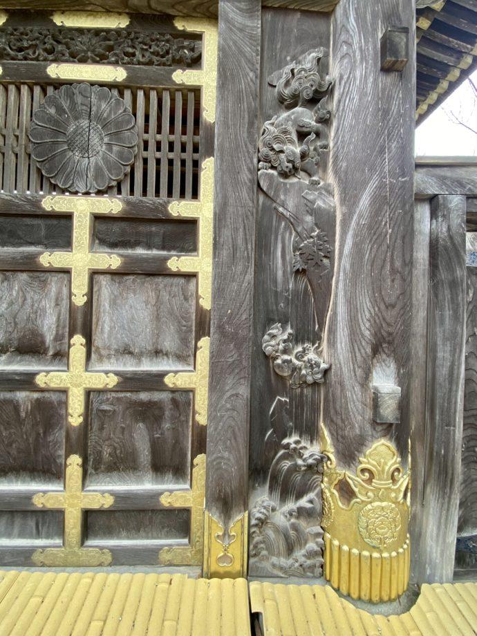 瑞泉寺勅使門の獅子の子落としの彫刻