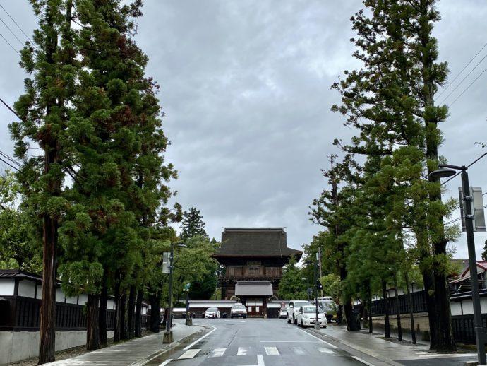 禅林街と長勝寺の山門