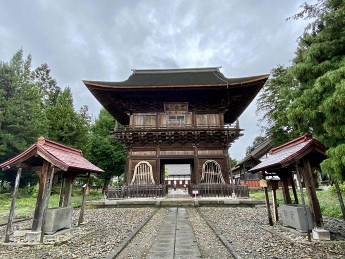 長勝寺の境内と山門
