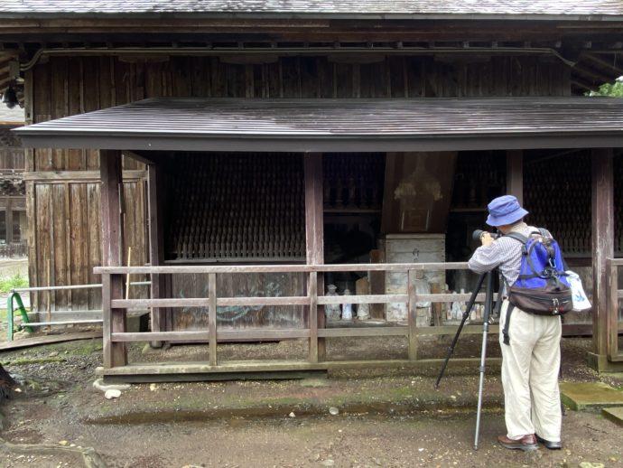 長勝寺の仏像群とカメラマン